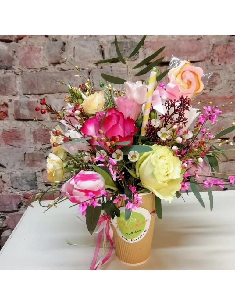 Цветы в стаканчике с леденцом