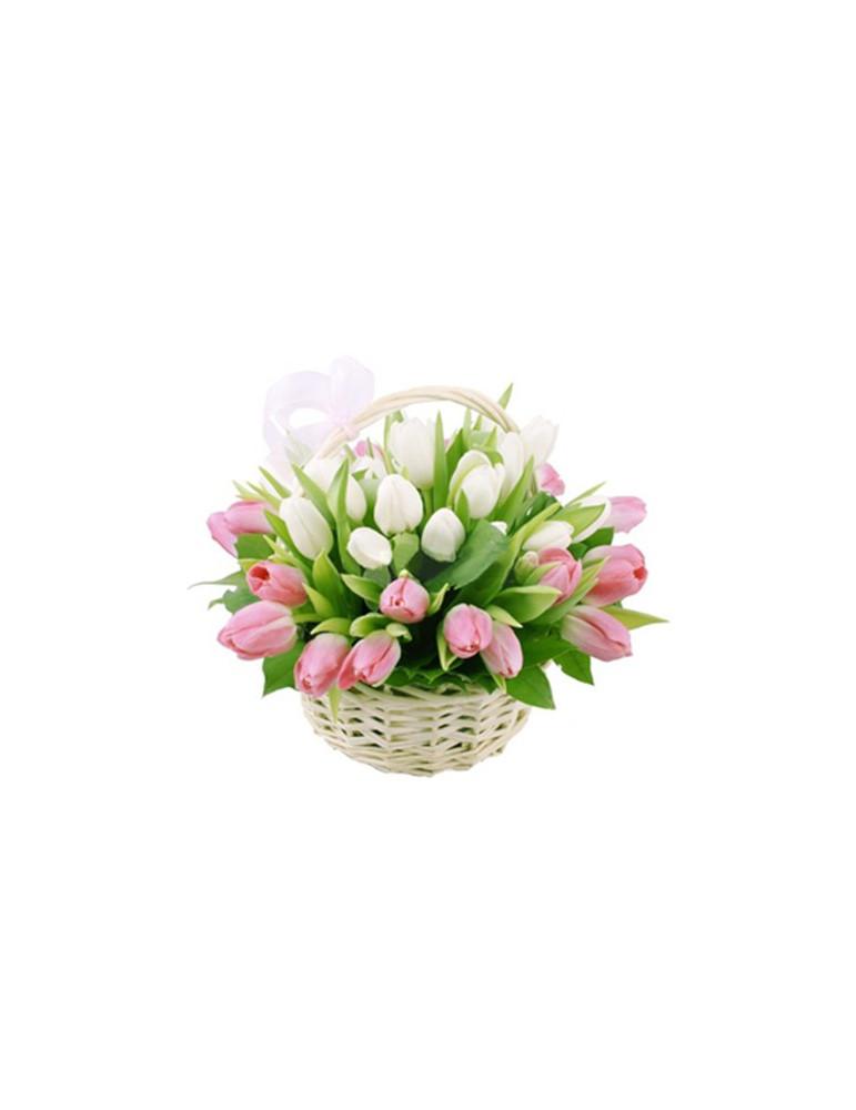 Розово-белая корзина тюльпанов