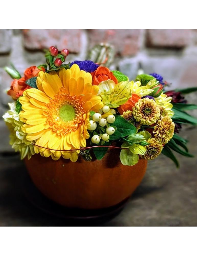 Ziedu kompozīcija ar ķirbi