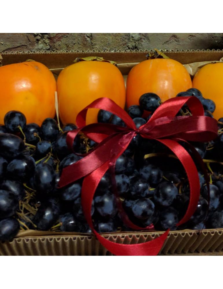 Augļu kārba ar hurmu un vīnogām