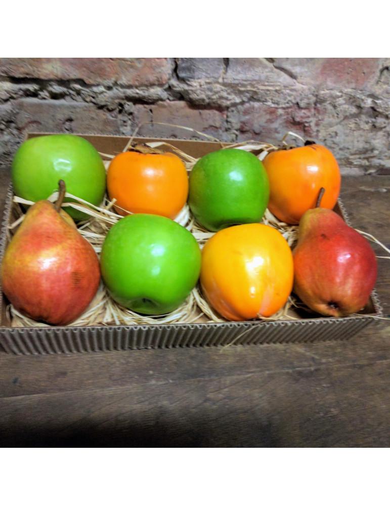 Augļu kārba ar hurmu, āboliem un bumbieriem