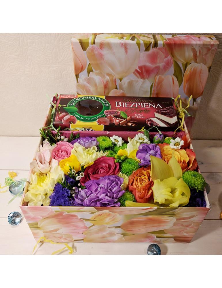 Цветы в коробке с макарoнcами