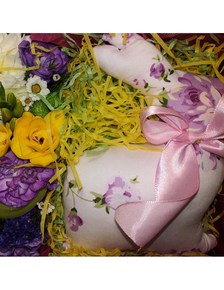 Коробка с медведем и цветами