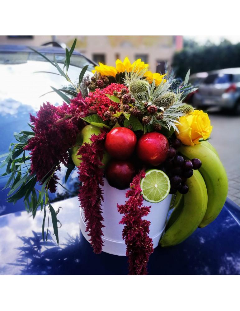 Композиция из фруктов и цветов